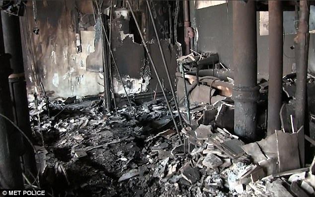Ngọn lửa được cho là bắt nguồn từ tầng 4, sau đó lan nhanh ra cả tòa nhà. Vào thời điểm xảy ra vụ cháy, khoảng 600 cư dân sống trong 120 căn hộ đang chìm trong giấc ngủ. Trong ảnh: Trần nhà đổ sập và đường ống vỡ tung sau vụ hỏa hoạn tại chung cư Grenfell (Ảnh: Cảnh sát Anh)