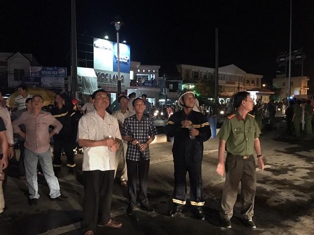 Lực lượng PCCC đã dập tắt ngọn lửa bùng phát trở lại ở công ty may Kwong Lung Meko vào tối 26/3 (Ảnh: Phạm Tâm)