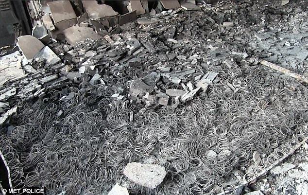 Ngọn lửa thiêu rụi phòng ngủ của một căn hộ bên trong chung cư, biến tấm đệm thành đống lò xo đen kịt (Ảnh: Cảnh sát Anh)