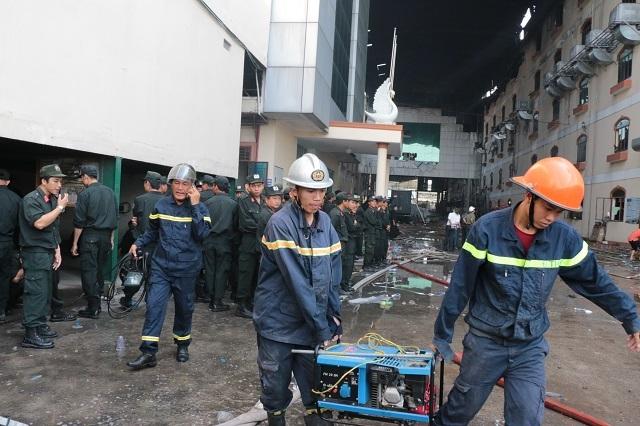 Lực lượng chức năng đưa máy vào để cắt tường.
