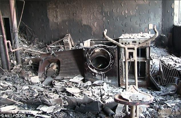 Máy giặt, bồn rửa và nhiều vật dụng bị biến dạng hoàn toàn dưới sức nóng của vụ hỏa hoạn được đánh giá là kinh hoàng nhất trong lịch sử nước Anh. (Ảnh: Cảnh sát Anh)