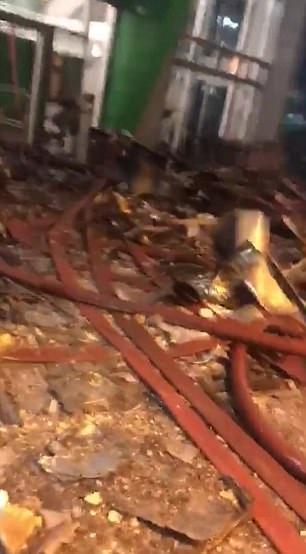 Những hình ảnh đầu tiên bên trong chung cư 24 tầng bị cháy ở London - 5