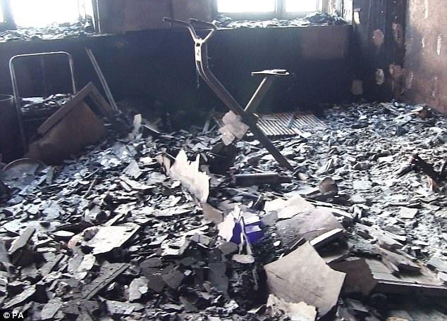 Khoảng 58 người mất tích được cho là cũng đã thiệt mạng sau vụ hỏa hoạn kinh hoàng tại chung cư Grenfell 24 tầng. Cảnh sát ước tính sẽ phải mất nhiều ngày mới có thể tìm thấy các nạn nhân mất tích và khắc phục hậu quả sau vụ hỏa hoạn. Trong ảnh: Bê tông ngổn ngang trên sàn nhà bên trong một căn hộ tại chung cư Grenfell sau vụ cháy (Ảnh: PA)