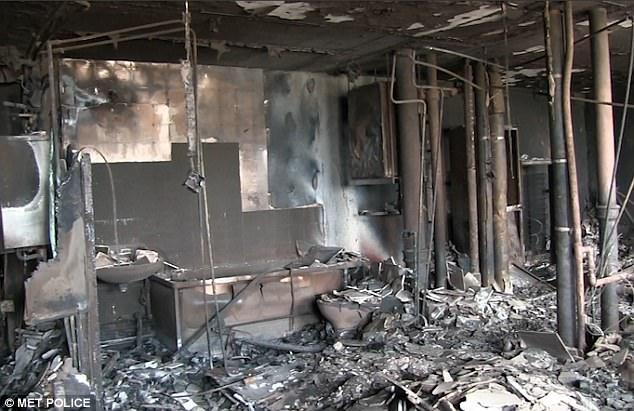 Cảnh sát Anh xác nhận tính đến thời điểm hiện tại, ít nhất 30 người đã thiệt mạng trong vụ cháy chung cư Grenfell ở phía tây thủ đô London vào rạng sáng 14/6. Trong ảnh: Phòng tắm của một căn hộ bên trong chung cư Grenfell biến thành đống đổ nát sau vụ hỏa hoạn. (Ảnh: Cảnh sát Anh)