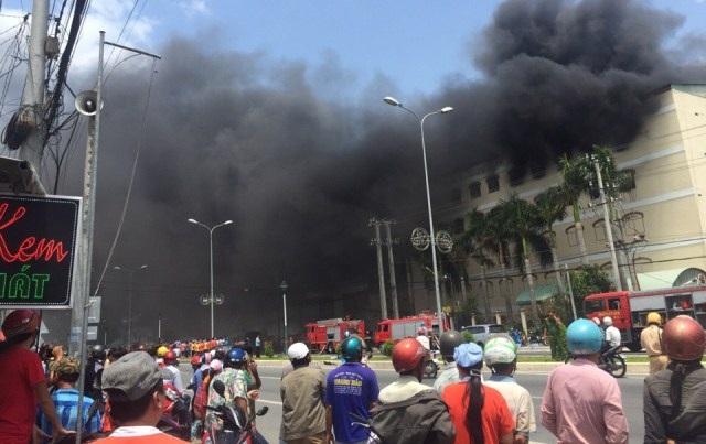 Đám cháy ở công ty may Kwong Lung - Meko (tại KCN Trà Nóc, quận Bình Thủy, TP Cần Thơ) bùng phát từ sáng ngày 23, nhưng đến trưa ngày 24/3, mới được lực lượng chức năng dập tắt hoàn toàn. Theo ước tính ban đầu, thiệt hại của vụ cháy khoảng 6 triệu USD, chưa tính nhà xưởng và trang thiết bị… (Ảnh: Phạm Tâm)