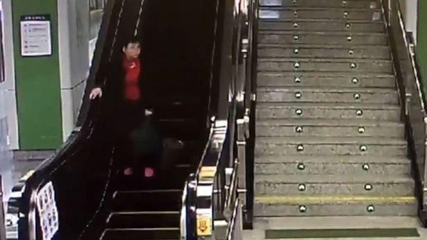 """Clip triệu người xem: """"Bà già chạy đua ngược chiều với thang máy"""" - 1"""