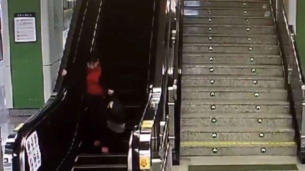 """Clip triệu người xem: """"Bà già chạy đua ngược chiều với thang máy"""" - 2"""