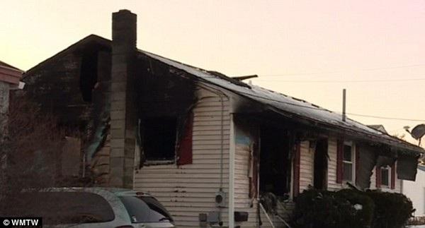 Căn nhà của gia đình Doucette bị cháy rụi hoàn toàn, mà nguyên do là sử dụng lửa để giết kiến