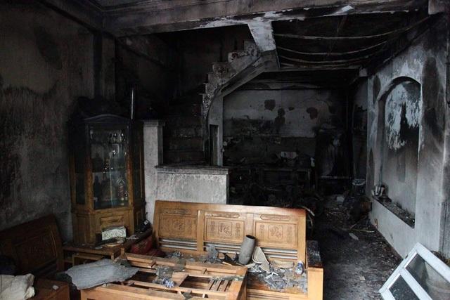 Vụ cháy nhà 4 tầng làm 4 người chết vào sáng 13/7 ở TP Hà Nội vừa qua cho thấy ngôi nhà khóa kín nhiều lớp, lại không có lối thoát hiểm ở các tầng trên, nên các nạn nhân không thể thoát ra. (Ảnh: Trần Thanh)