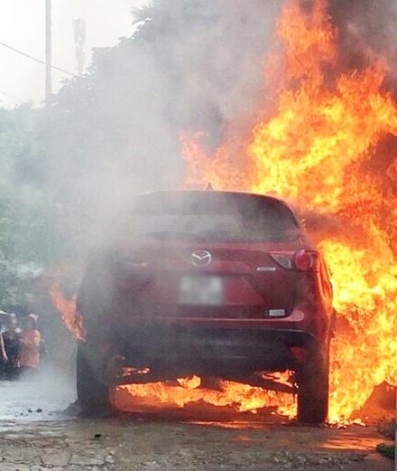 Chiếc xe Mazda CX5 bốc cháy ngùn ngụt, chủ nhân và mọi người đều chỉ biết bất lực đứng nhìn.