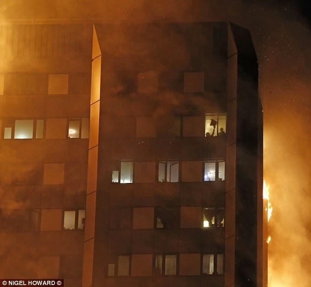 Nhiều người cầu cứu khi ngọn lửa bùng lên và bao trùm tòa nhà. (Ảnh: Dailymail)