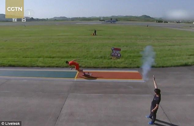 Vận động viên điền kinh Trung Quốc chạy đua với máy bay chiến đấu. (Ảnh: Liveleak)