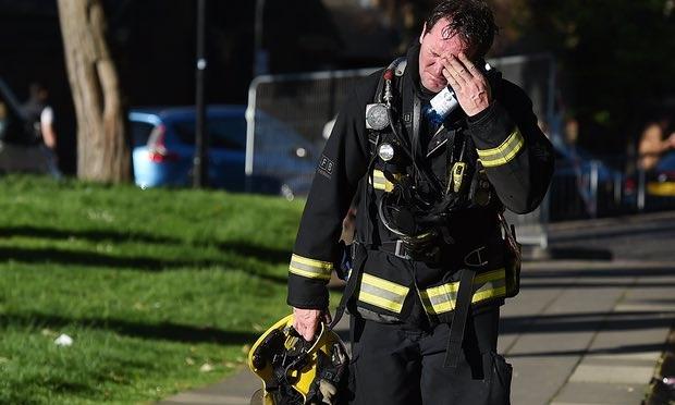 Nỗ lực cứu hộ những người mắc kẹt trong tòa nhà gặp nhiều khó khăn. (Ảnh: AFP)