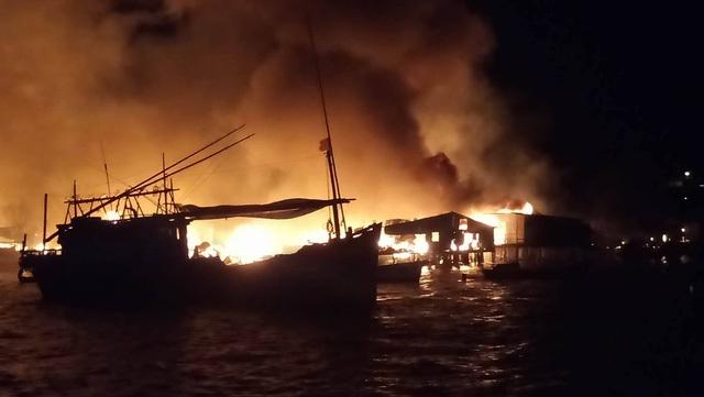 Hàng chục ngôi nhà chồ ở cửa sông Cái, thuộc phường Vĩnh Phước, Nha Trang đã bất ngờ cháy dữ dội trong đêm 17/1. Ngọn lửa bốc lên cao hàng chục mét và chạy dài vài trăm mét theo triền sông… (Ảnh: Viết Hảo)