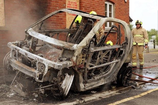 Xe chạy điện bốc cháy khi đang sạc - 2