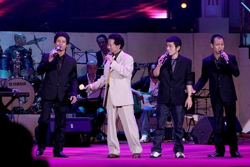 Chế Linh cùng 3 người con trai hát chung trong một chương trình âm nhạc. Ảnh: NVCC.