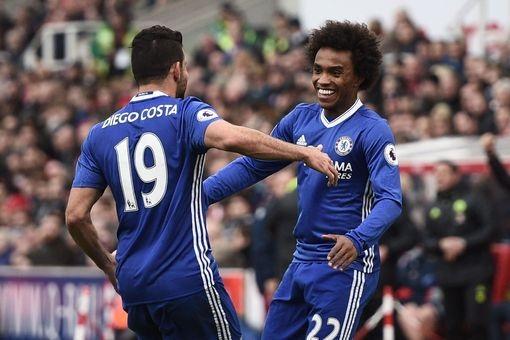 Costa (trái) chia vui cùng Willian sau khi tiền vệ người Brazil ghi bàn
