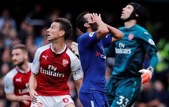 Pedro tiếc nuối pha dứt điểm không thành công khi đối diện với Cech