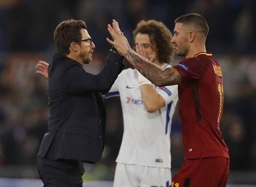 HLV Eusebio Di Francesco ăn mừng với Aleksandar Kolarov sau khi kết thúc trận đấu
