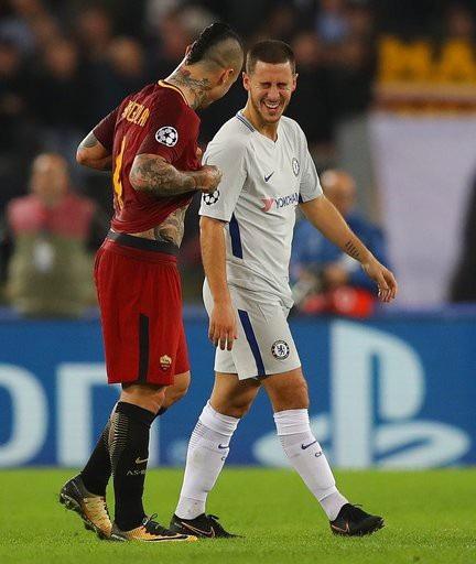 Hazard (phải) phải có lẽ là cầu thủ duy nhất còn tươi cười sau trận đấu. Số 10 của Chelsea vẫn đùa cợt với đồng hương Nainggolan sau trận đấu. Hai người là đồng đội của nhau ở tuyển Bỉ.