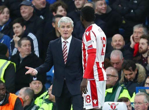 HLV Mark Hughes nhắc nhở Diouf thi đấu