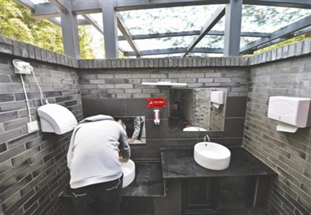 Giấy vệ sinh miễn phí trong các WC công cộng ở Trung Quốc thường bị ăn trộm