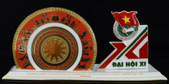 Quà tặng cho các đại biểu tham dự ĐH Đoàn toàn quốc là chiếc hộp cắm bút được làm bằng sứ khá đẹp mắt.