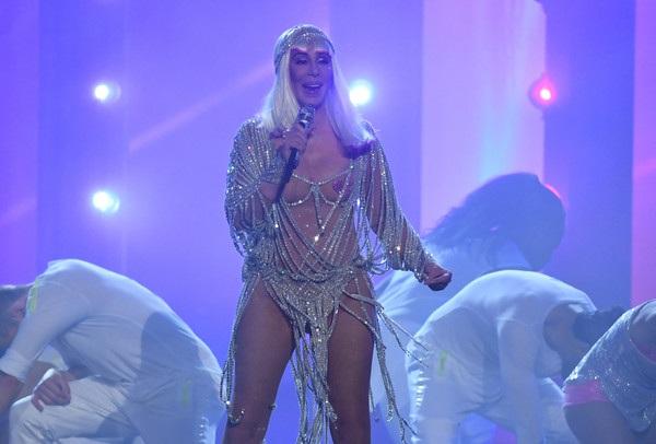 Cher gây ấn tượng với phom dáng gợi cảm và trang phục mát mẻ