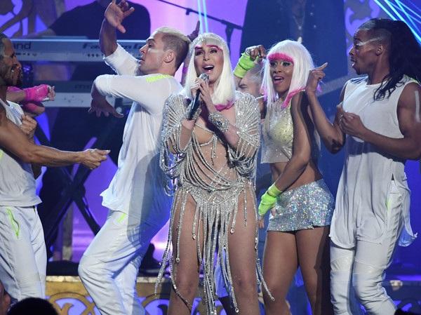 Nữ ca sỹ 71 tuổi nói thêm, bà thực sự sợ tuổi già, sợ không thể tiếp tục nhảy và hát trên sân khấu. Dù rất nổi tiếng và có cuộc sống giàu có nhưng Cher khẳng định, như mọi người, cuộc sống của bà cũng nhiều khó khăn và thử thách.