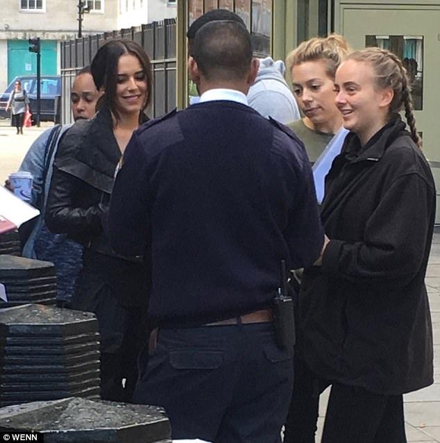 Fan vây quanh và xin chữ ký của Cheryl.