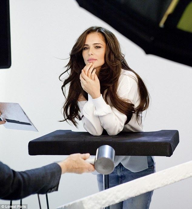 Cheryl khoe ảnh cô làm người mẫu cho một nhãn hiệu mỹ phẩm trên trang Instagram.