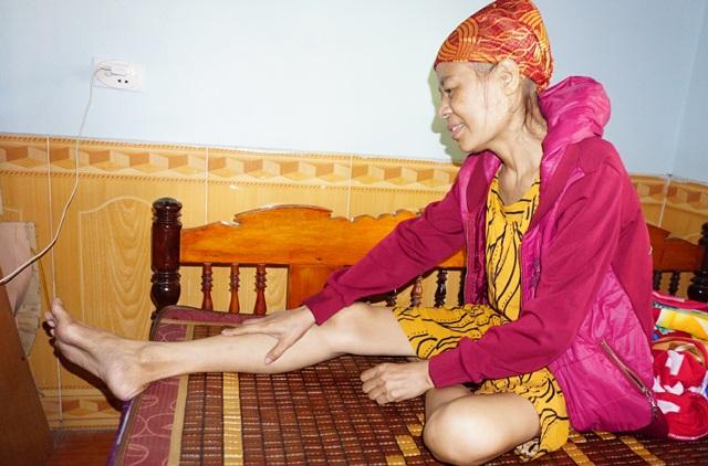 Sau 3 năm chống chọi với căn bệnh ung thư, sức khỏe của chị Phan Thị Lĩnh như ngọn đèn dầu trước gió