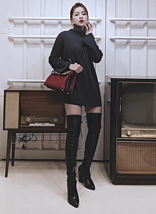 """Chi Pu xinh đẹp không kém gì các sao K-pop khi diện trang phục đậm chất Hàn Quốc. Hotgirl gốc Hà thành diện mốt """"giấu quần"""" khoe đôi chân thon dài thẳng tắp. Không chỉ vậy, chiếc áo oversize cũng giúp người đẹp che đi nhiều khuyết điểm về hình thể."""
