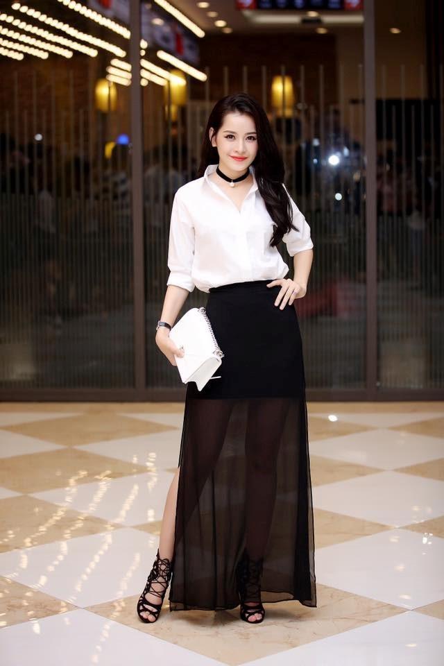 Chi Pu ghi điểm với cách kết hợp lạ mắt áo sơ mi trắng với hân váy đen xuyên thấu, clutch trắng, vòng cổ choker đen và đôi dép ấn tượng.