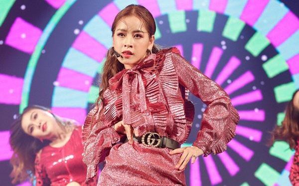 Chưa khi nào một hotgirl đi hát lại gây sự chú ý như Chi Pu.