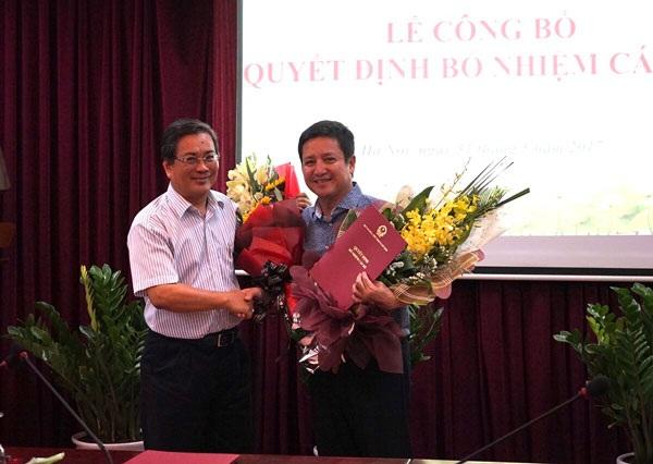 Nghệ sỹ Trương Nhuận tặng hoa và bắt tay người kế nhiệm trong lễ công bố quyết định diễn ra chiều 31/5. Ảnh: TT.