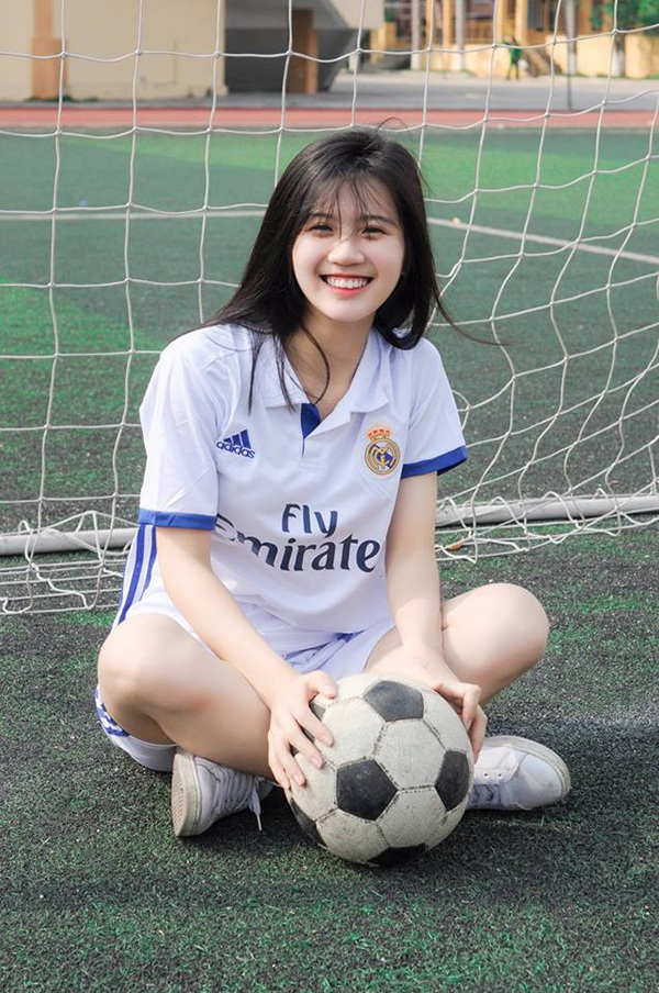 Linh Chi là cựu học sinh trường THPT Chuyên Hà Tĩnh. Cô luôn đạt thành tích học tập loại giỏi trong những năm học cấp 3. Bên cạnh đó, Chi còn thông thạo hai ngoại ngữ là Tiếng Anh và Tiếng Trung.