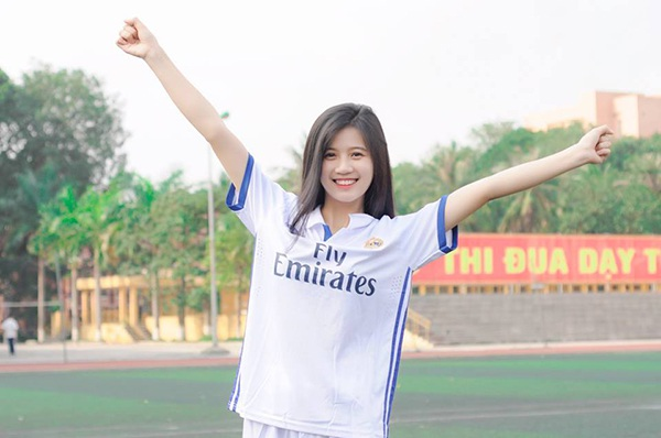 Chi có niềm đam mê bóng đá, mặc dù cô không tham gia đội bóng nhưng luôn có mặt để cổ vũ cho đội bóng của trường.