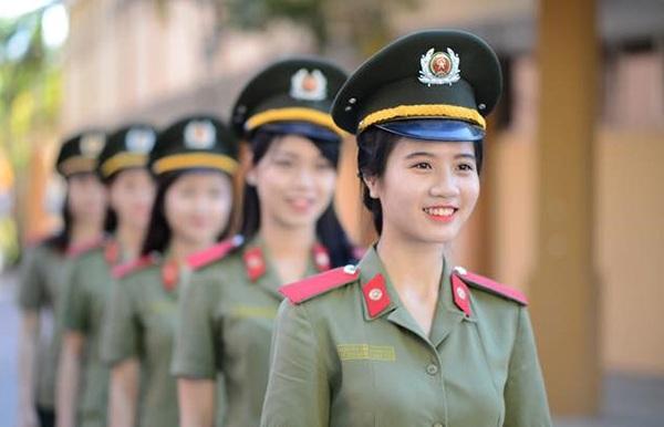 Cô thi vào trường Học viên an ninh vì ước mơ làm công an. Linh Chi đặt mục tiêu tốt nghiệp với một tấm bằng loại giỏi.