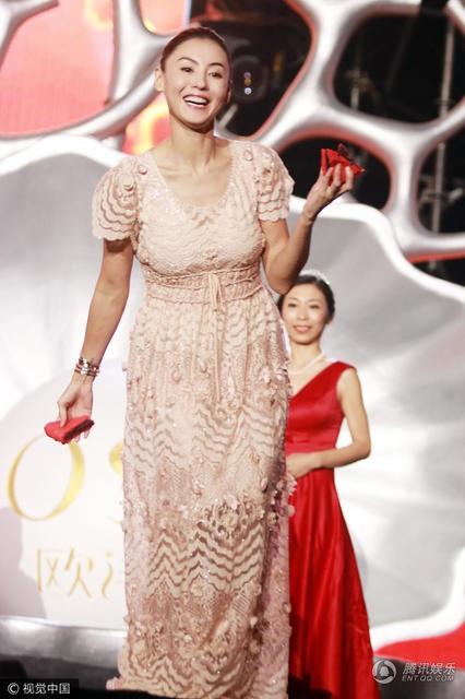 Vợ cũ của Tạ Đình Phong vừa chăm sóc các con trai vừa tham gia các show truyền hình.