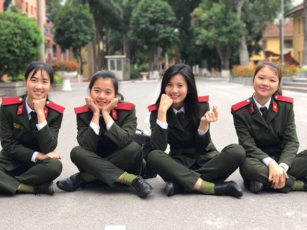 9X là học sinh giỏi suốt 12 năm; từng giành giải nhì môn tiếng Anh năm lớp 10, 11, 12; huy chương đồng cuộc thi Olympic tiếng Anh trên Internet...