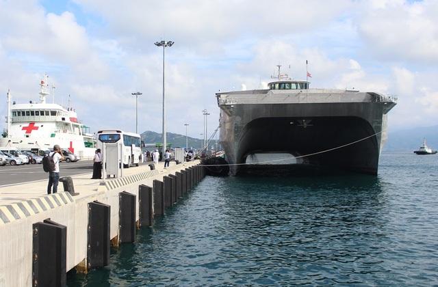 Chiến hạm vận tải cao tốc Hoa Kỳ - USNS Fall River có mặt ở Cảng Quốc tế Cam Ranh (Khánh Hòa) để tham dự Chương trình Đối tác Thái Bình Dương 2017. Con tàu được thiết kế 2 thân, với tốc độ di chuyển cực đại trên biển, lên tới 80km/giờ. (Ảnh: Viết Hảo)