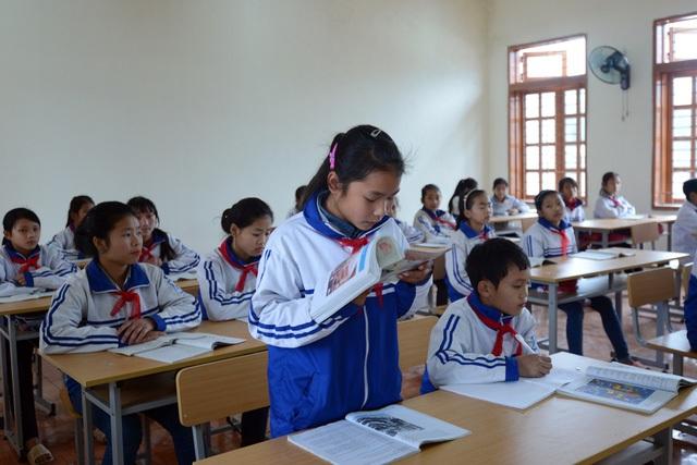 Niềm vui của các em học sinh Trường THCS Chiềng Sơ, huyện Sông Mã, tỉnh Sơn La trong phòng học mới