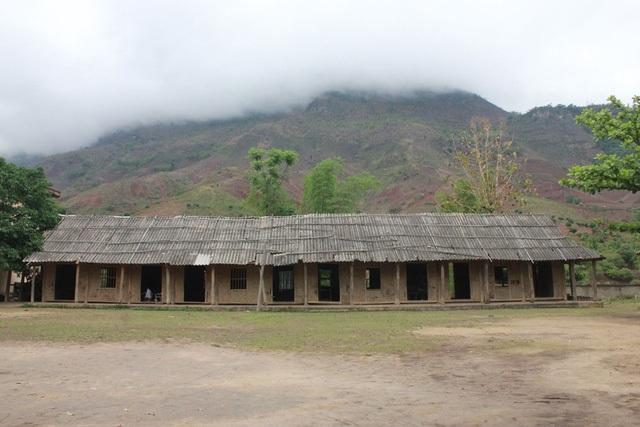 Ít ai biết rằng trước đây các em học sinh Trường THCS Chiềng Sơ phải ngồi học trong những phòng học tranh tre nứa lá, tạm bợ như thế này
