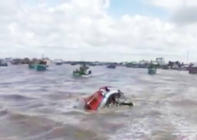 Một phần chiếc tàu bị chìm nhô lên mặt nước (ảnh cắt từ clip)