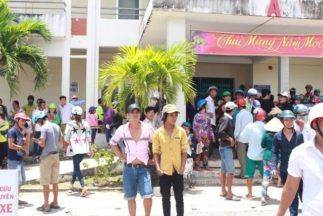Người dân, thân nhân các nạn nhân chờ trước bệnh viện ngóng thông tin về những người đang được cấp cứu.