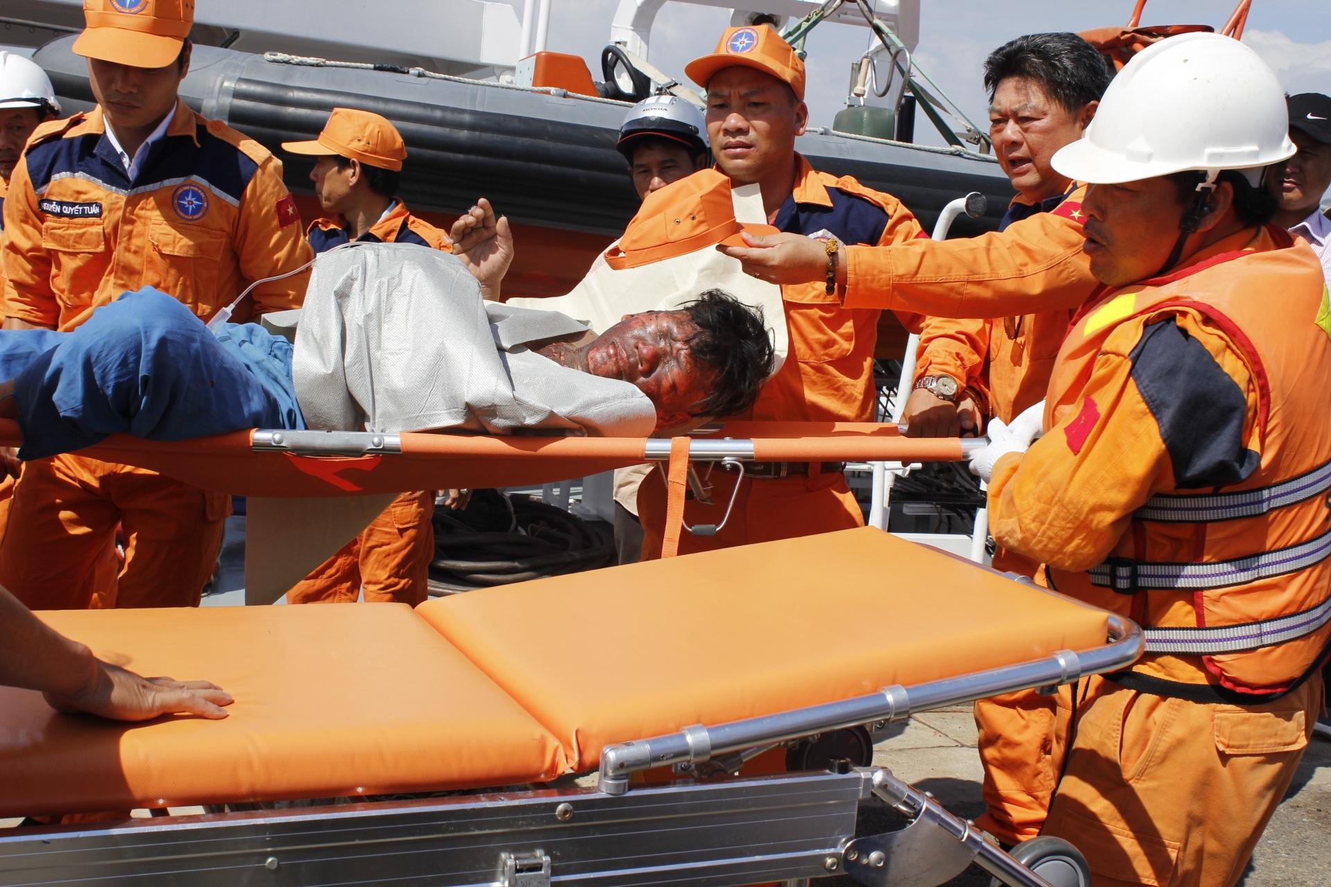 Vụ nổ tàu cá trên biển: Đưa 12 người bị thương vào bờ cấp cứu - 5