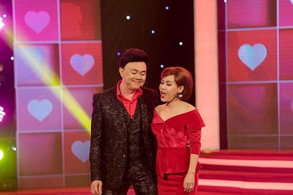Lần đầu tiên Chí Tài- Việt Hương khoe giọng trên sóng truyền hình khi song ca ca khúc Trái tim không ngủ yên.