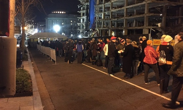Nhiều người xếp hàng từ đêm trước để chờ xem lễ nhậm chức của Tổng thống đắc cử Trump. (Ảnh: Washington Post)