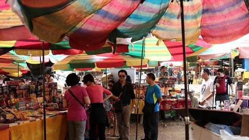 Do gần gũi về địa lý vầ có nhiều nét tương đồng về xã hội, hoạt động mua bán, trao đổi hàng hoá qua chợ được hình thành lâu đời.